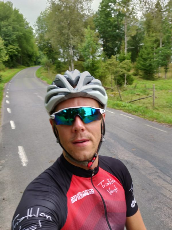 Man i cykelkläder av triathlon väst.